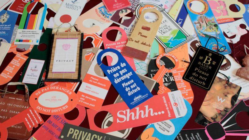 Сотрудник ООН собрал коллекцию табличек «Не беспокоить» со всего мира