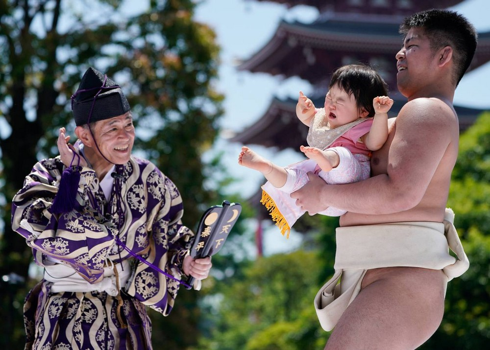 Ежегодный фестиваль «Наки Сумо», на котором заставляют детей плакать