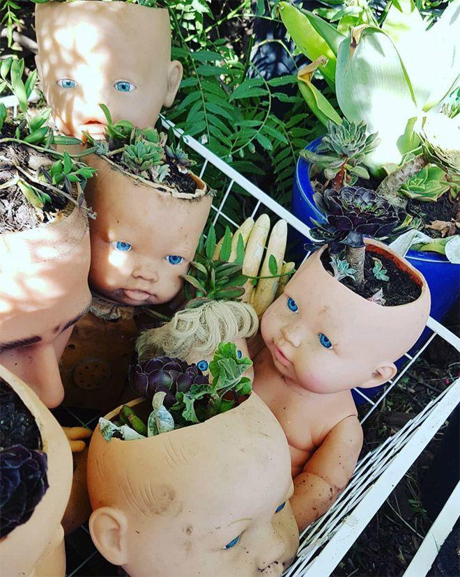Жутковатые старые куклы вместо цветочных горшков