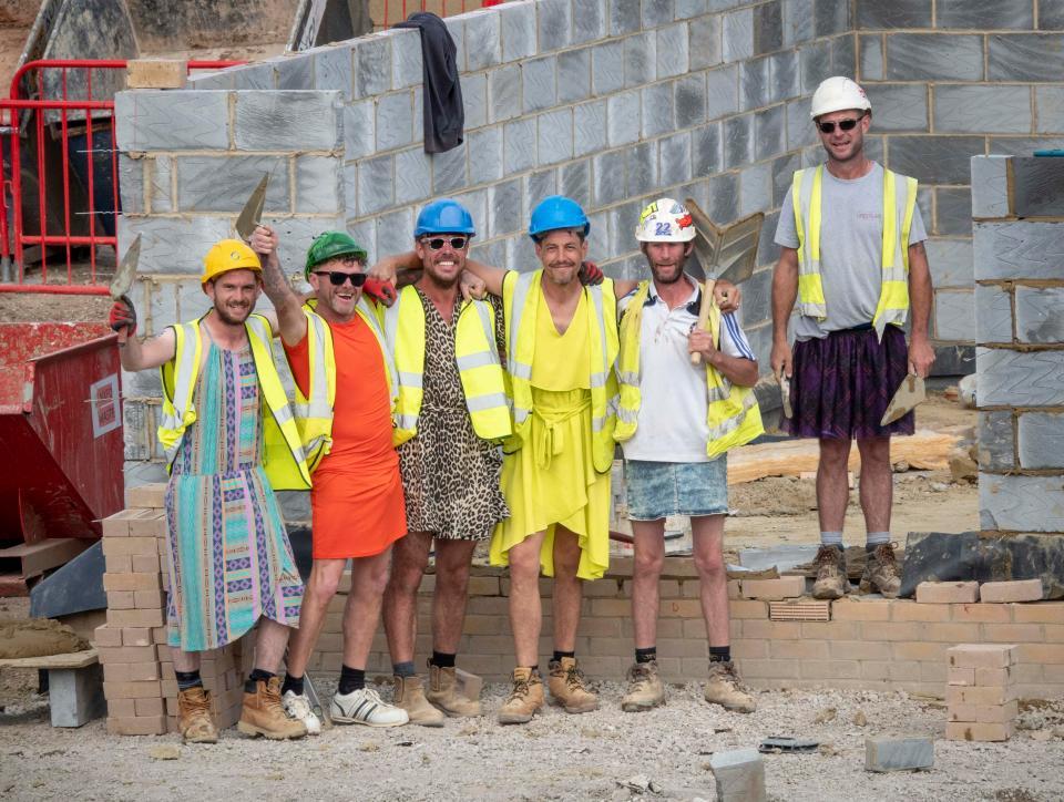Британские строители пришли на работу в платьях, чтобы обойти запрет на ношение шорт