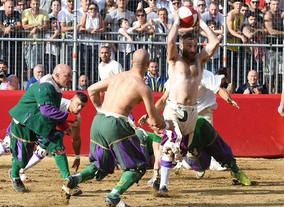 Кальчо сторико — экстремальная разновидность футбола