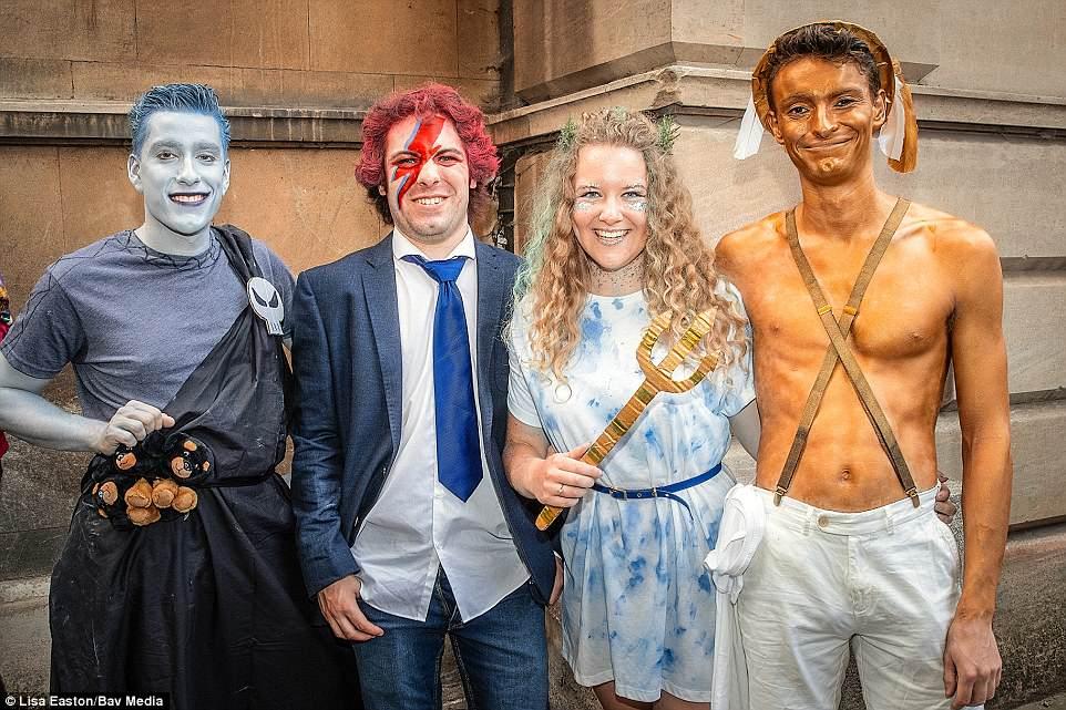 Студенты Кембриджского университета по пути на Майский Бал