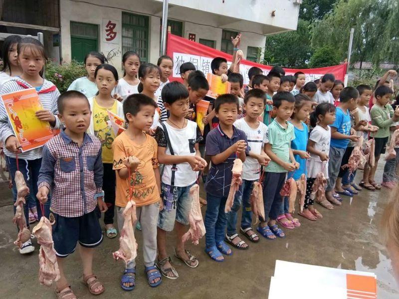 В китайской школе отличников наградили кусками свинины