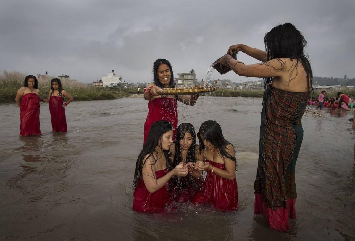 Традиционное священное купание женщин в Непале