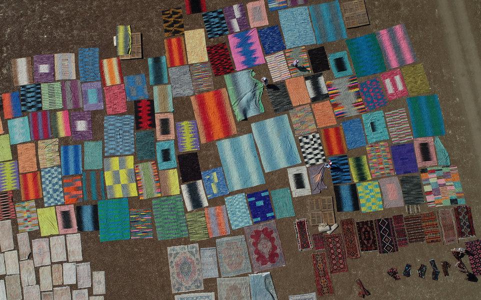 Тысячи ковров ручной работы под палящим солнцем в Турции