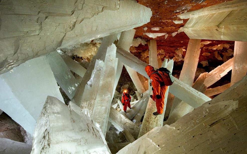 В пещере огромных кристаллов