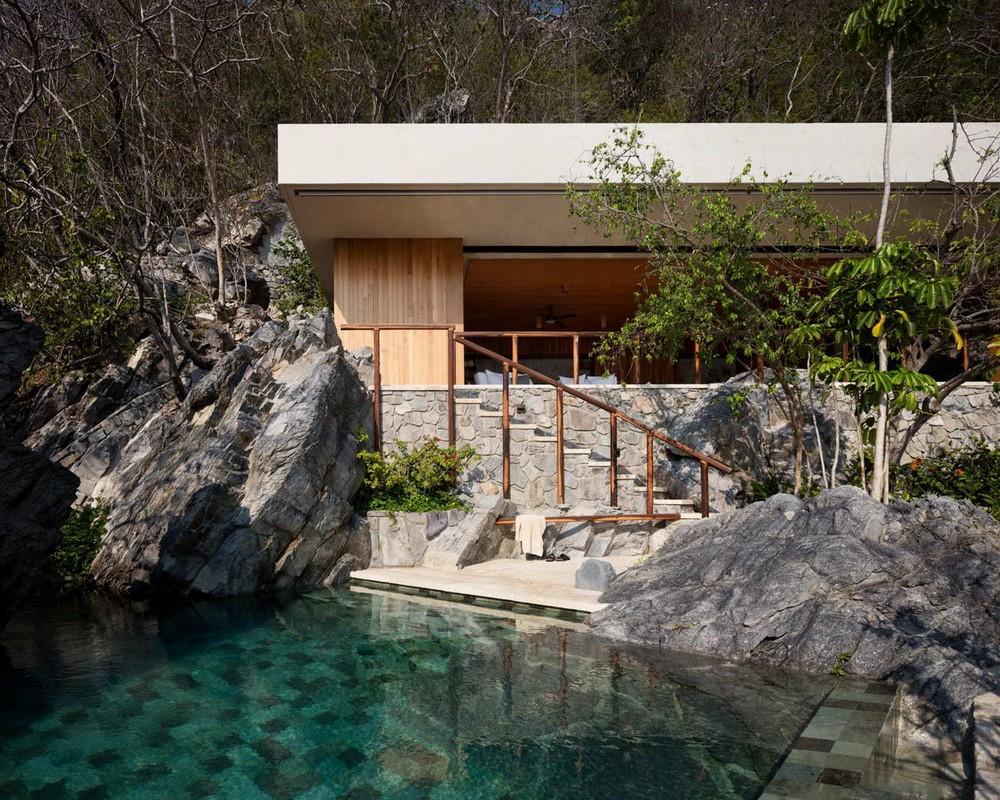 Дом на скалистом берегу океана в Мексике