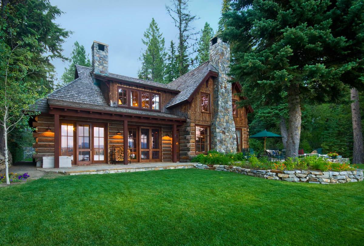 Лесной домик на берегу озера в США
