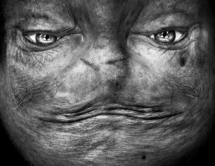 Перевернутое лицо, которое напоминает инопланетянина