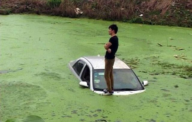 Китайского водителя вытащили из болота