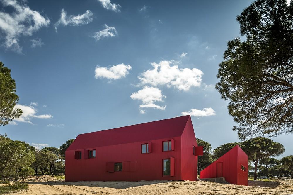Необычный красный коттедж в Португалии