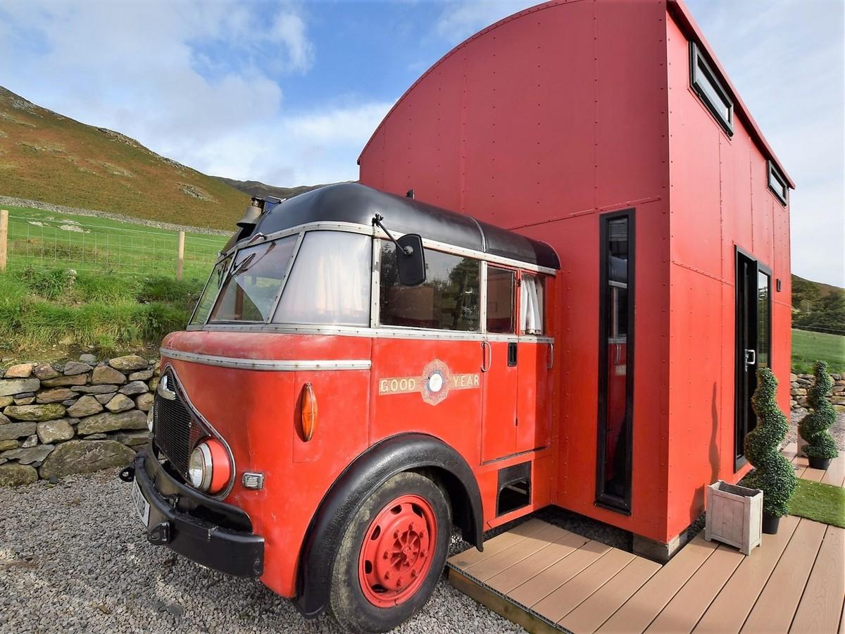 Старую пожарную машину превратили в уютное жилище