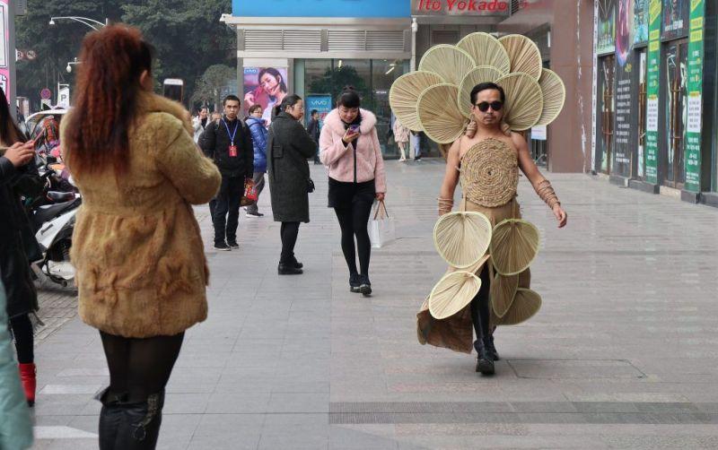 Фермер-модник разгуливает в нарядах из предметов