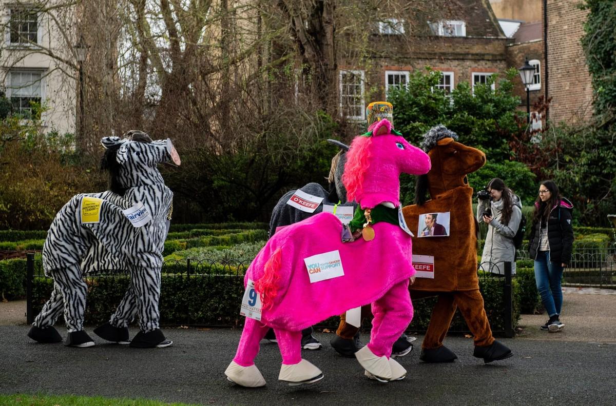 Веселая гонка «лошадей» London Pantomime Horse Race 2018