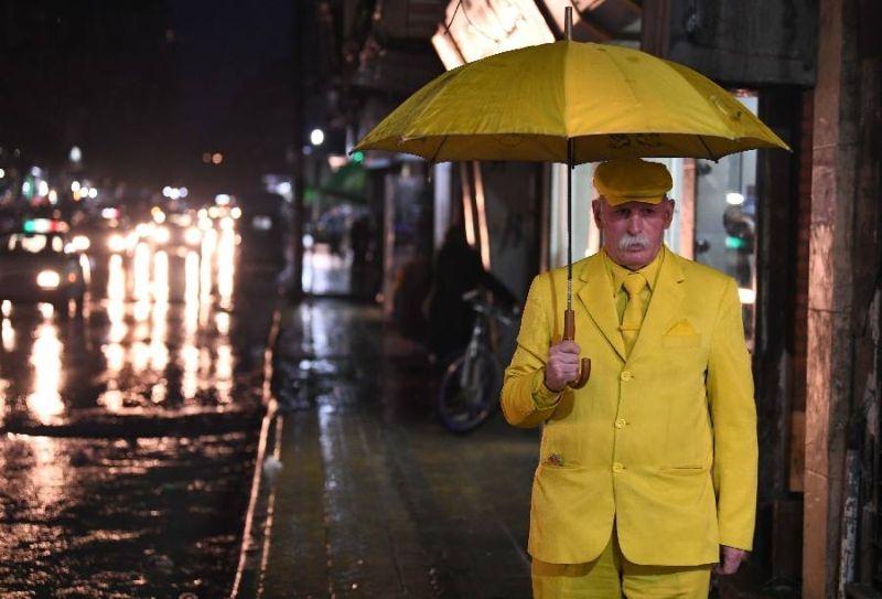 68-летний сириец уже 35 лет носит только желтую одежду