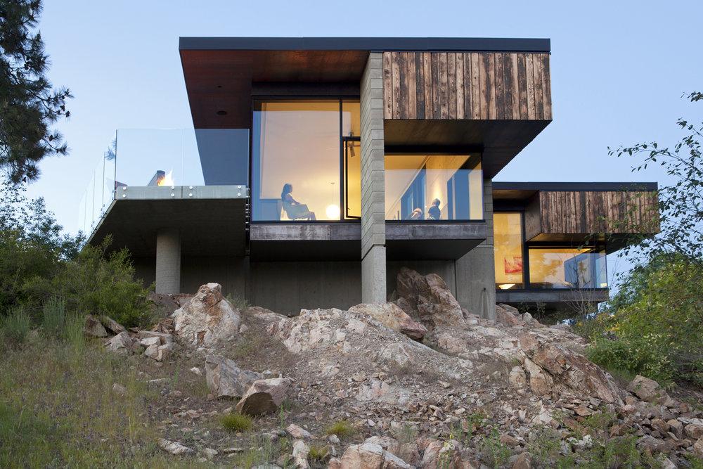Загородный дом на скалистом холме в Канаде
