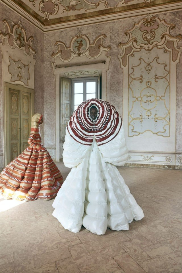 Необычные женские пуховики Moncler, похожие на платья