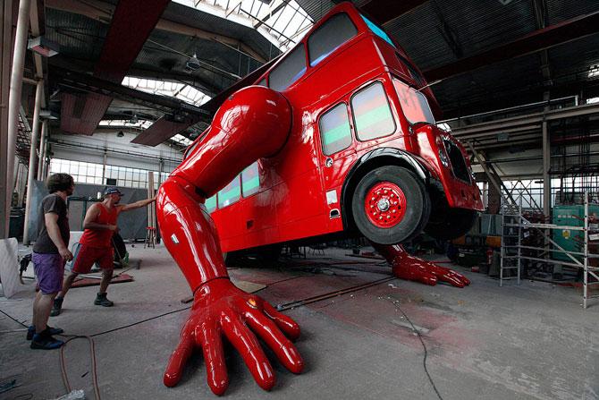 Отжимающийся автобус скульптора Давида Черны