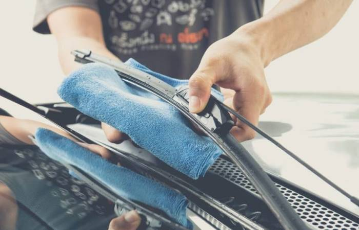 Почему скрипят дворники по стеклу автомобиля