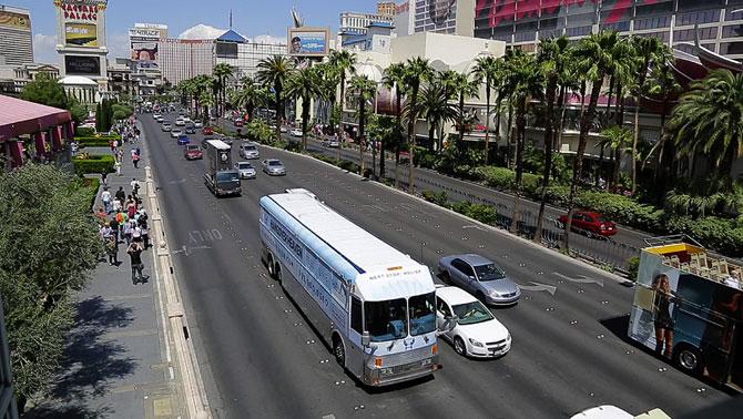 Похмельный автобус на улицах Лас-Вегаса