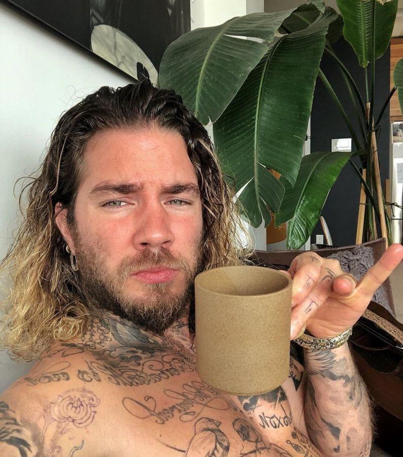 Татуировщик набил расцвет и увядание розы на коже 70 человек