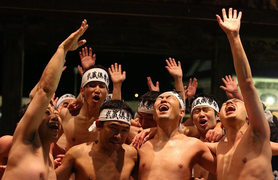 Тысячи японцев в набедренных повязках боролись в ледяной воде
