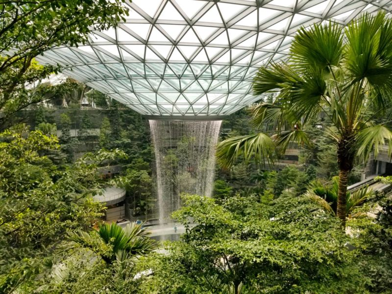 40-метровый водопад под крышей сингапурского аэропорта