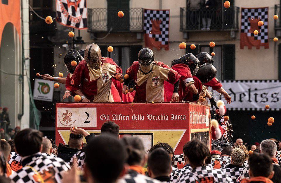 Ежегодная битва апельсинами в Италии