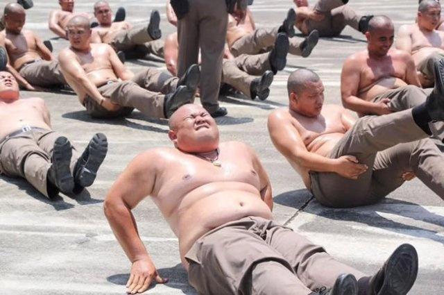 Специальный лагерь для полицейских с избыточным весом в Таиланде