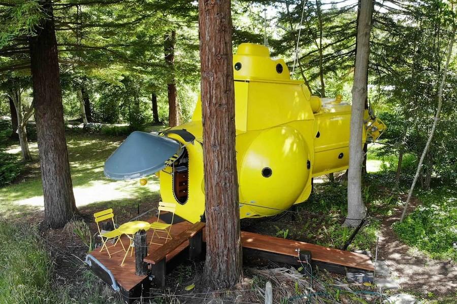 Желтая подводная лодка в лесу Новой Зеландии