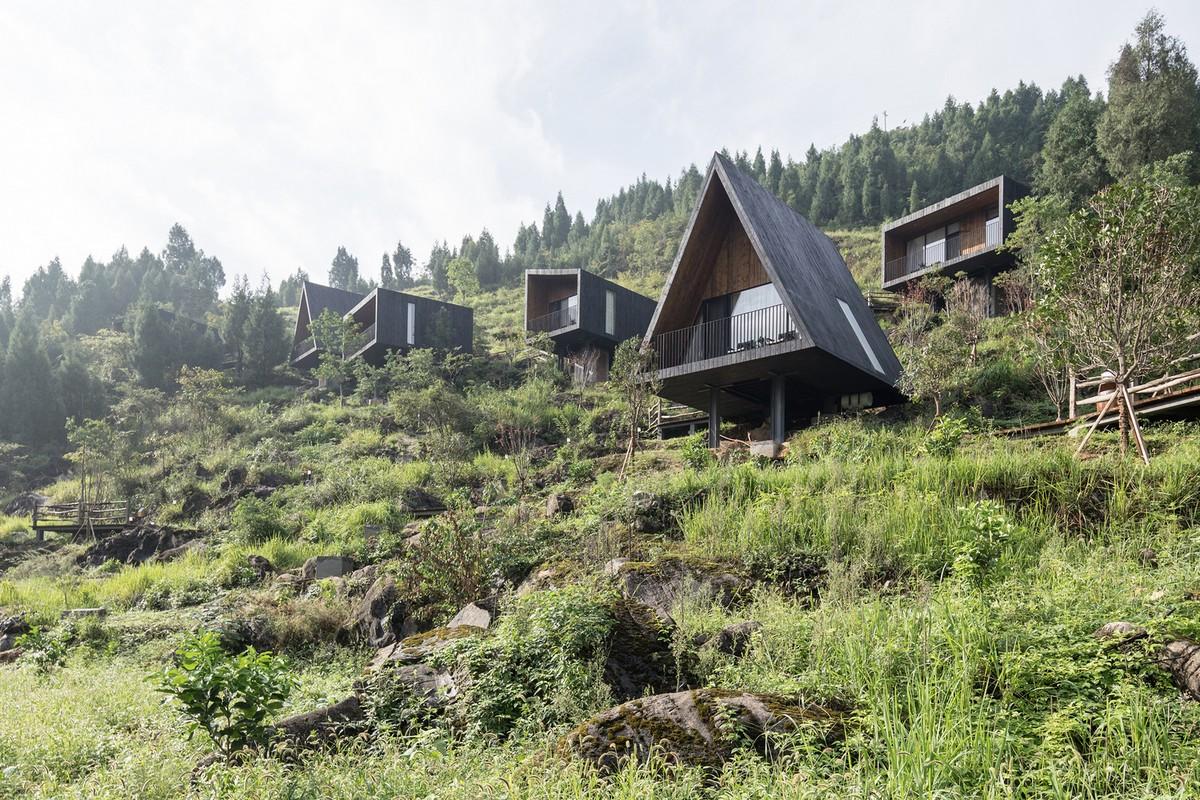 Деревянные домики для отдыха на склоне в Китае
