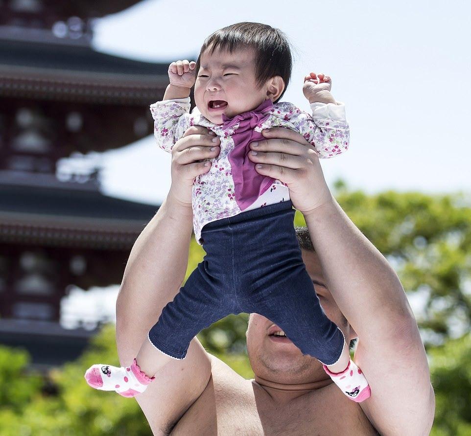 Фестиваль Накизумо, на котором сумоисты заставляют детей плакать