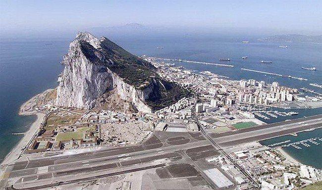 Интересный аэропорт в Гибралтаре