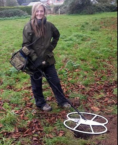 Кладоискательница нашла ценное украшение на вспаханном поле