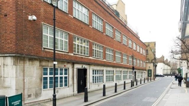 Трудно догадаться, что находилось внутри этого здания в Лондоне