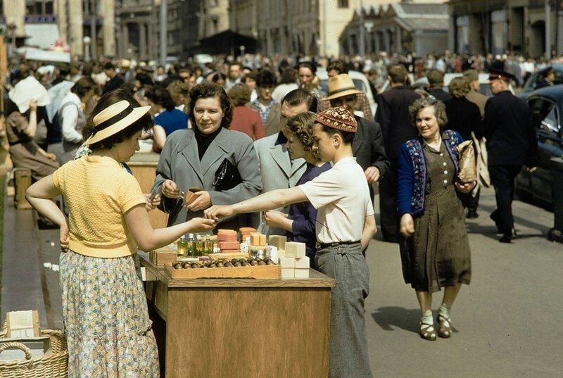 Уличная торговля в Москве на цветных снимках 1959 года