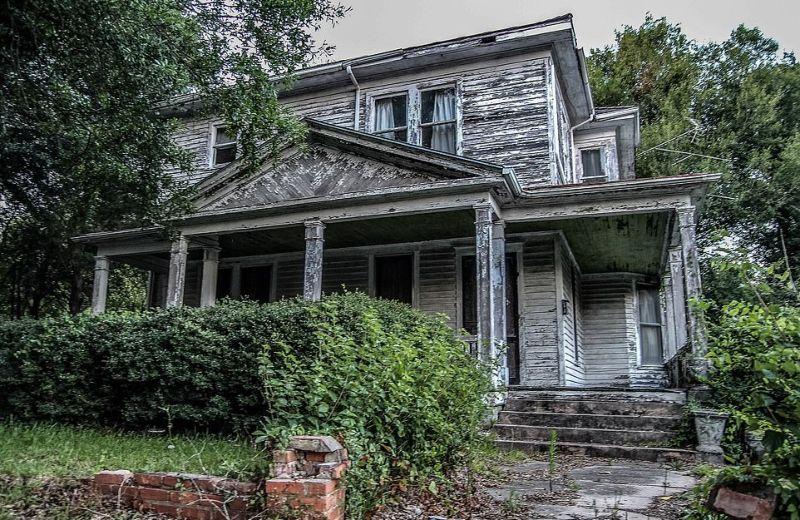 Безлюдный дом, как будто застывший в 1970-х годах