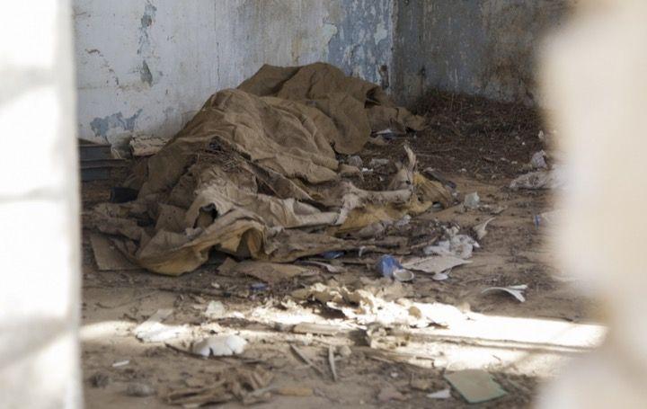 Что скрывает куча мусора в разрушенной хибаре