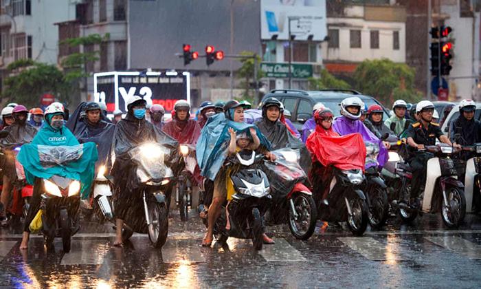 Как вьетнамцы перевозят грузы на мопеде