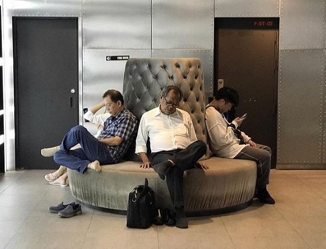 Мужчины, которые ждут своих дам в магазинах