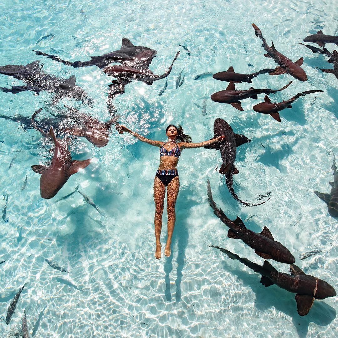 Пара фотографов путешествует и снимает моделей на пляжах по всему миру