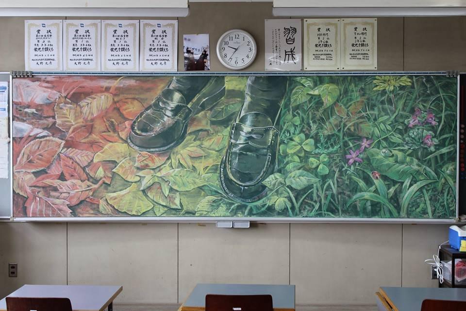 Популярные в Японии рисунки мелом на школьной доске