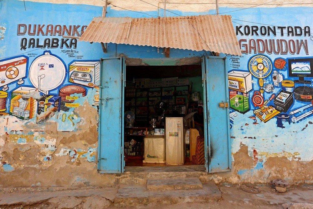 Расписанные вручную стены магазинов в Сомали