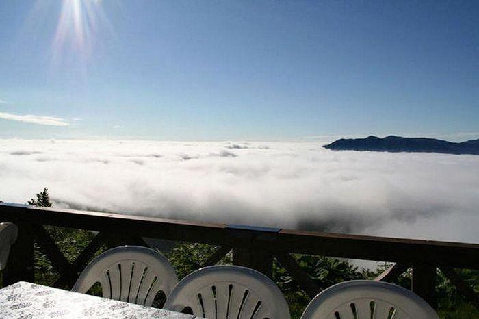 Терраса на вершине горы над облаками