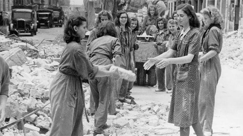 Трюммерфрау — женщины, которые расчищали руины послевоенной Германии