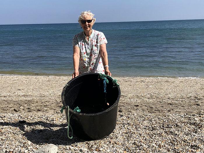 70-летняя женщина за год очистила 52 пляжа