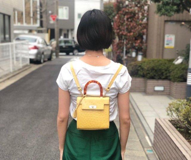 Девушка из Японии показала, как правильно носить женскую сумочку