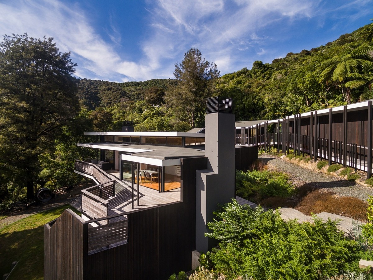 Дом на склоне у озера в Новой Зеландии