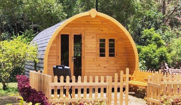 Эргономичный домик в деревянной бочке для дачного участка