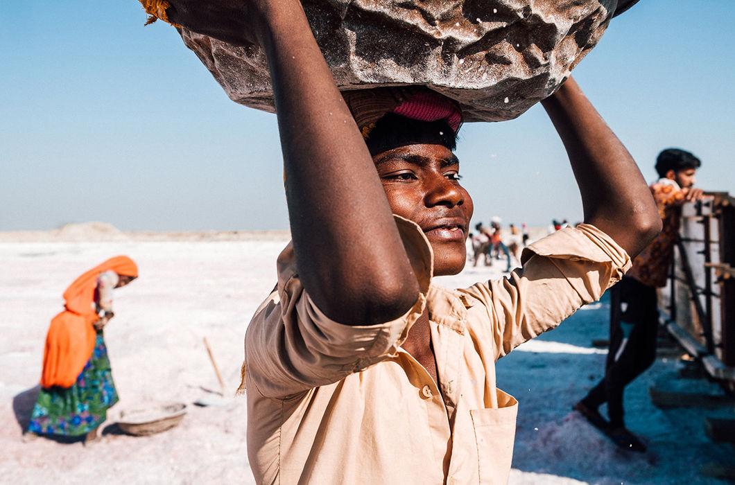 Рабочий день сборщиков соли в Индии на снимках